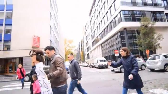 Cerasela Radulescu hartuind un roman la Bruxelles
